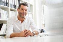 Designer masculin au bureau — Photo de stock