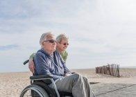 Мужчина в инвалидном кресле с женой — стоковое фото