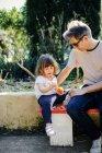 Vater und kleine Mädchen genießen orange — Stockfoto