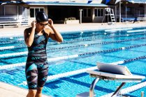 Пловец готовится к бассейну — стоковое фото