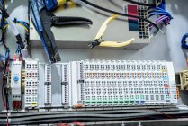 Elektrotechniker in Kabelkonfektionierungsfabrik — Stockfoto