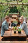 Couple sitting at picnic table — Stock Photo