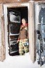 Frau im Blockhaus — Stockfoto