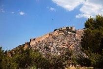 Зеленому фортеця на вершині скелі Бреш — стокове фото