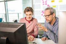 Männliche digital Designer erklären, design — Stockfoto
