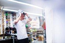 Jovem skatista masculina — Fotografia de Stock