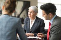 Бізнесмен обговорювати з колегами, жіночий — стокове фото