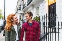 Пара, гуляючи по вулиці — стокове фото