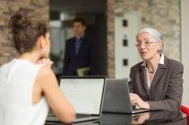 Mujer de negocios y colega mujer - foto de stock