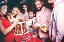 Gruppo di amici alla festa — Foto stock