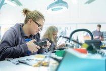 Ingenieure im Kabel Abschluss Fabrik — Stockfoto