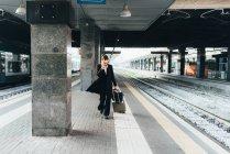 Geschäftsfrau im Bahnhof — Stockfoto
