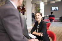 Donna d'affari e collega donna — Foto stock