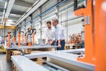 Dos ingenieros en ingeniería de la fábrica - foto de stock
