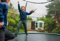 Jeunes garçons jouant sur trampoline — Photo de stock