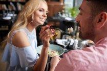 Frau füttert Freund mit Mittagessen — Stockfoto
