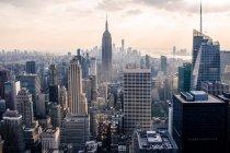 Vistas al paisaje urbano con rascacielos - foto de stock