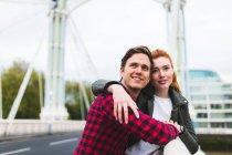 Coppia su ponte, tenendosi per mano — Foto stock