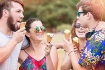 Amigos comendo sorvete — Fotografia de Stock