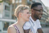 Молодая пара на открытом воздухе — стоковое фото