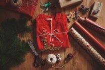 Cadeau de Noël et papier d'emballage — Photo de stock