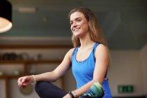 Молода жінка практикує йогу — стокове фото