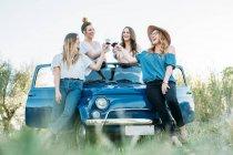 Friends on vintage car — Stock Photo