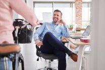 Empresário sentado na cadeira de escritório — Fotografia de Stock