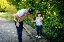 Отец и маленькая девочка наслаждаясь природой ходить — стоковое фото