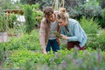 Mann und Frau im Stadtgarten — Stockfoto