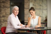 Two businesswomen at office desk — Stock Photo