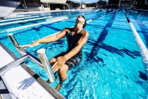 Плавець у воді в кінці басейн — стокове фото