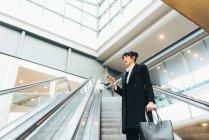 Бізнес-леді за допомогою мобільного телефону — стокове фото