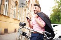 Людина холдингу смартфон — стокове фото