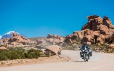 Motorcyclist riding motorcycle — Stock Photo