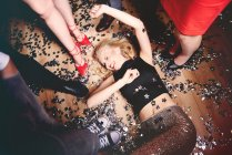 Жінка валяти дурня на підлозі на вечірці — стокове фото