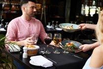 Kellnerin serviert Mittagessen, paar — Stockfoto