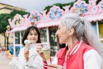 Mulher e menina comendo sorvete — Fotografia de Stock