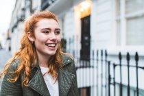 Mujer joven caminando en la calle - foto de stock
