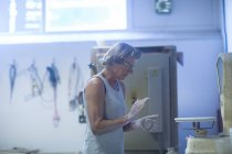 Seniorin in Töpferwerkstatt — Stockfoto
