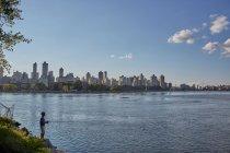 Adolescente ragazzo pesca da riva del fiume — Foto stock