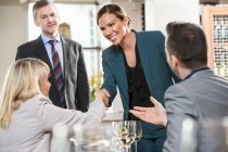 Hommes et femmes d'affaires au déjeuner — Photo de stock