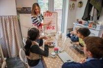 Tagesmutter zeigen Kinder Handwerk Rezept — Stockfoto