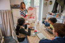 Childminder показ дітей виробити рецепт — стокове фото