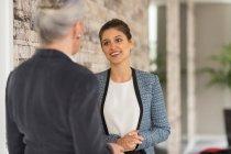 Donne di affari che hanno discussione — Foto stock