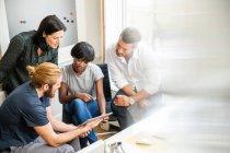 Equipe do desenhador olhar digital tablet — Fotografia de Stock