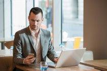 Uomo d'affari che lavora nel caffè — Foto stock