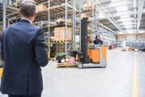 Менеджер дивляться навантажувач — стокове фото