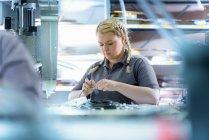 Ingenieur en câble finition usine — Photo de stock