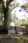 Chica corriendo a través de aro de plástico - foto de stock